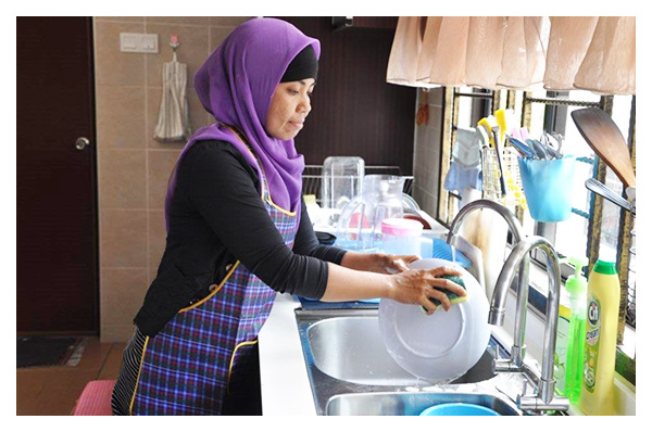 indonesian maid from singapore maid agency washing plates